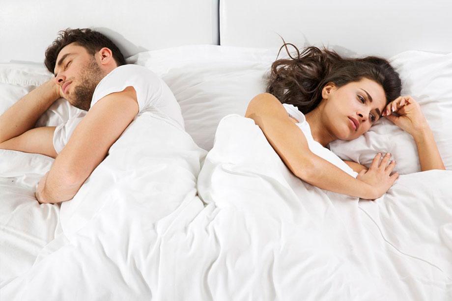 женщина и парень в постели она